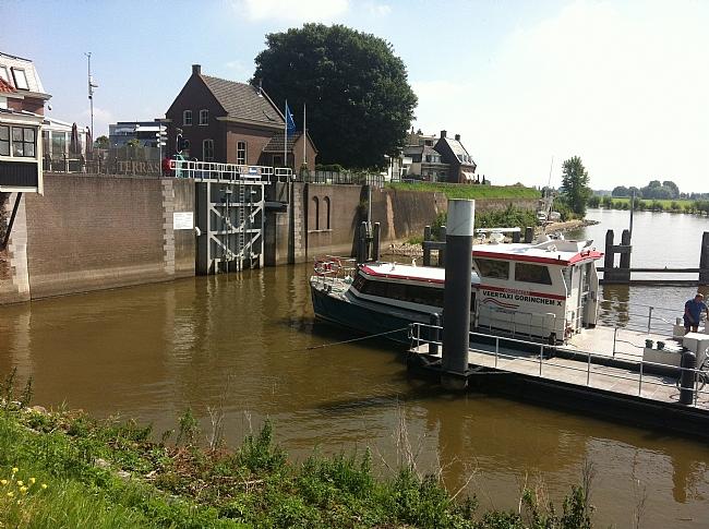 Sluis bij Gorinchem hier eindigt de Linge in de Merwede