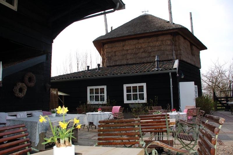 Herberg-Restaurant-De-Lingehoeve-Oosterwijk-terras