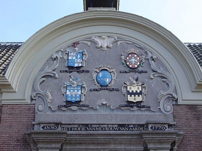Hofje-van-mevrouw-van-Aerden-wapens-stichteres-en-regenten