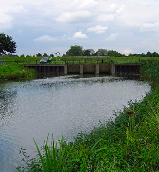 De Linge gaat hier bij Zoelen onder het Amsterdam-Rijnkanaal door