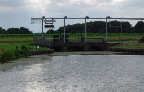 Hier verdwijnt de Linge in de duiker bij Zoelen