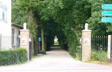 Oprit naar kasteel Wijenburg in Echteld